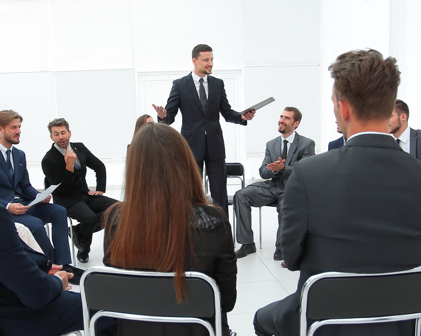 Equipo de personas en reunión con coach